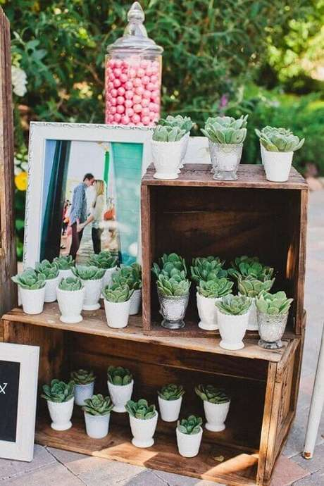 14. Caixotes de feira garantem um toque rústico e especial na decoração de casamento simples e barato.