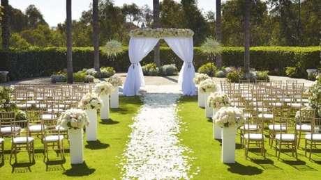 4. A nave na decoração de casamento ao ar livre não precisa de tapete, use a grama como um tapete natural.