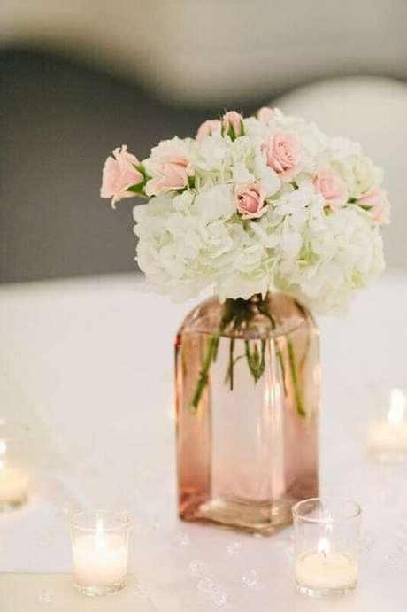 41. Vasinhos de vidro com flores é uma ótima opção de decoração de casamento simples e barato