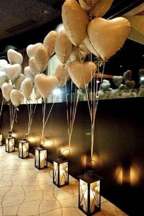 53. Os balões de coração amarrados nas luminárias deixaram a decoração de casamento simples e barata muito mais romântica.