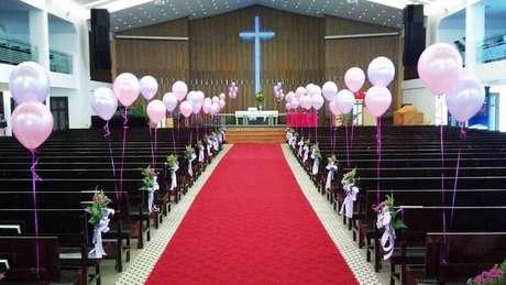 34. Se você quer decoração de casamento simples e barato use bolas de bexigas