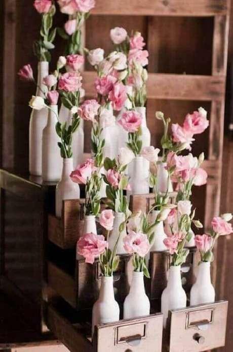 13. Garrafas decoradas é uma ótima opção de decoração de casamento simples e barato
