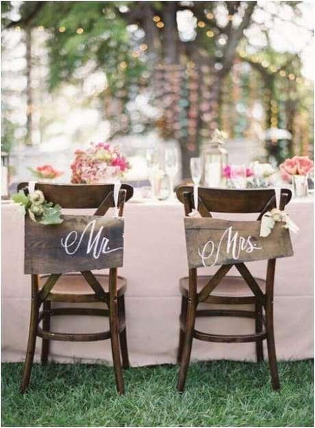 12. Colocar plaquinhas nas cadeiras dos noivos garantem uma decoração de casamento simples e barato mais divertida.