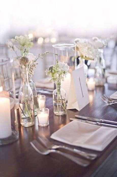 42. Mais um opção com vasinhos de flores para decoração de casamento simples e barato