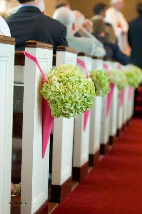 49. Um pequeno buque de flores deixou a decoração de igreja para casamento muito delicada e bonita.