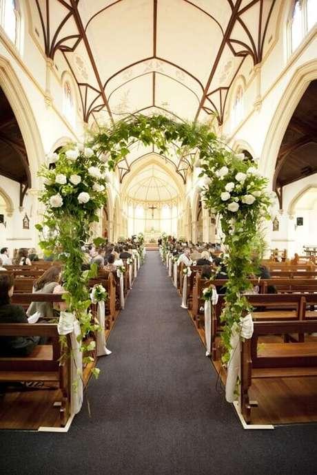 19. Na decoração de igreja para casamento invista em um arco de flores na entrada.