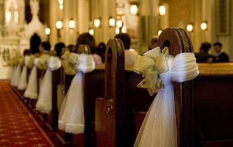 29. Um belo laço pode deixar a decoração de igreja para casamento muito bonita.