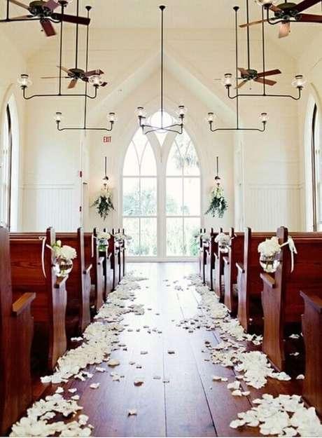 5. A decoração de igreja para casamento também pode ser simples e barata.