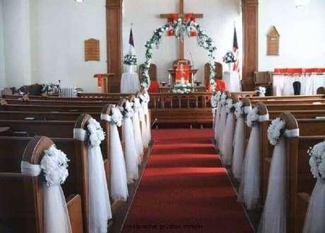 20. Simples e bonita decoração de igreja para casamento