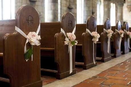 45. Delicada decoração de igreja para casamento