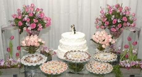 24. A decoração de mesa de casamento com rosas fica super romântica