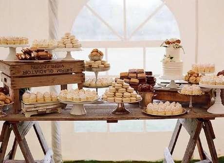 11. Decoração de mesa de casamento simples bem rústica e linda.