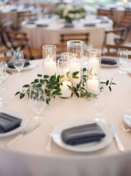 28. A mesa dos convidados ficou super aconchegante decorada com velas.