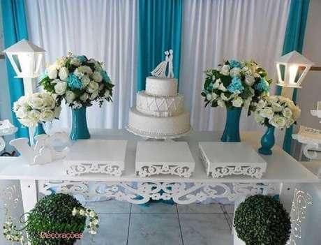 23. Decoração de mesa de casamento simples em tons de azul e branco