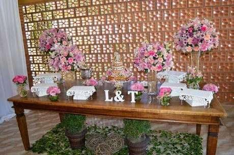 10. A decoração de mesa de casamento simples fica linda se ganhar muitas flores.