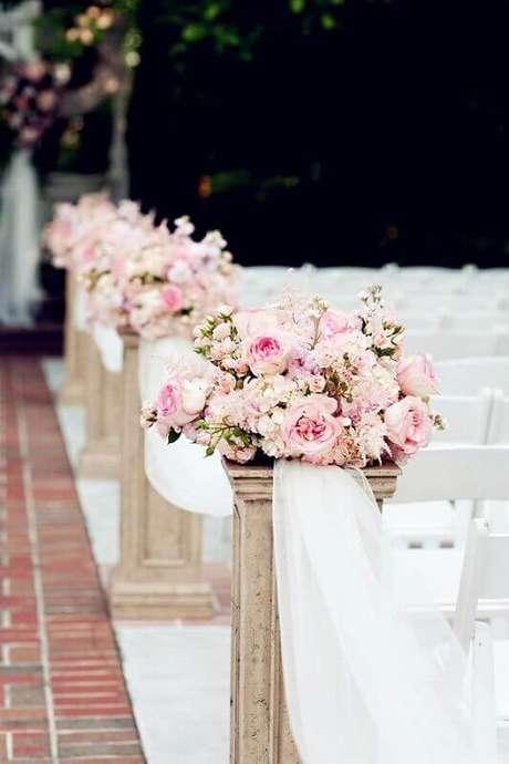25. Decoração super romântica e delicada de igreja para casamento