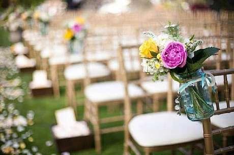 60. As flores coloridas derem um toque a mais de felicidade a decoração de casamento simples