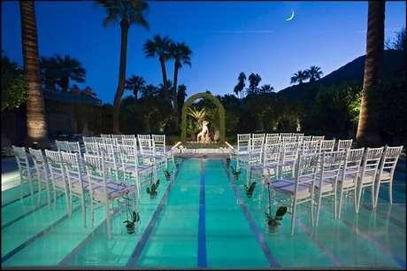 8. Cubra a piscina com um piso transparente para uma bela cerimônia em um casamento em casa.