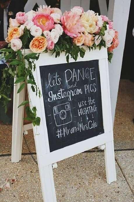 50. Os convidados adoram plaquinhas divertidas na decoração de casamento