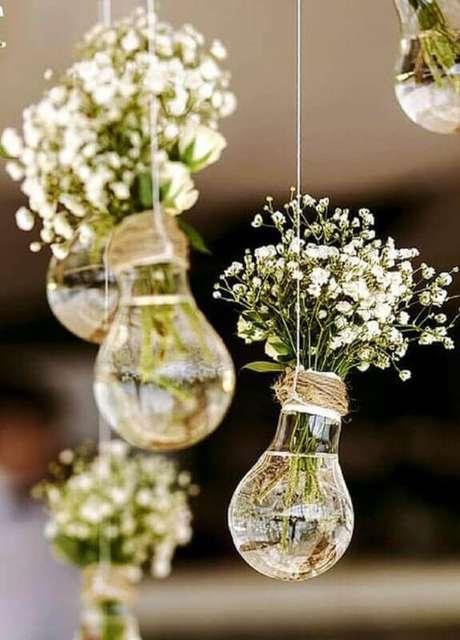 54. Usa itens recicláveis para incrementar a decoração de casamento simples e barato