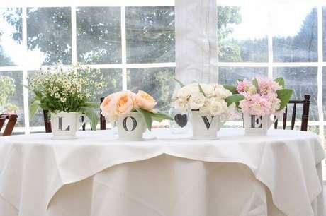 52. Vasinhos com letras super delicados para decoração de casamento simples