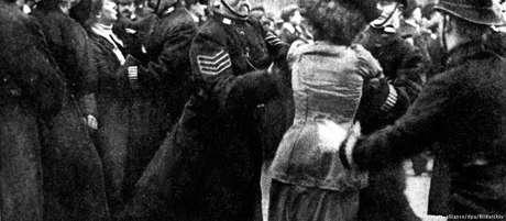 Sufragista sendo presa por policiais em Londres