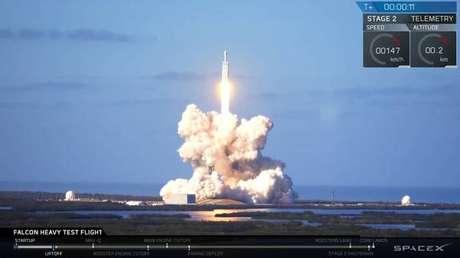 SpaceX lança 1º automóvel elétrico ao espaço.