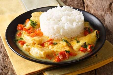 Peixe ao molho de leite de coco com porção de arroz branco