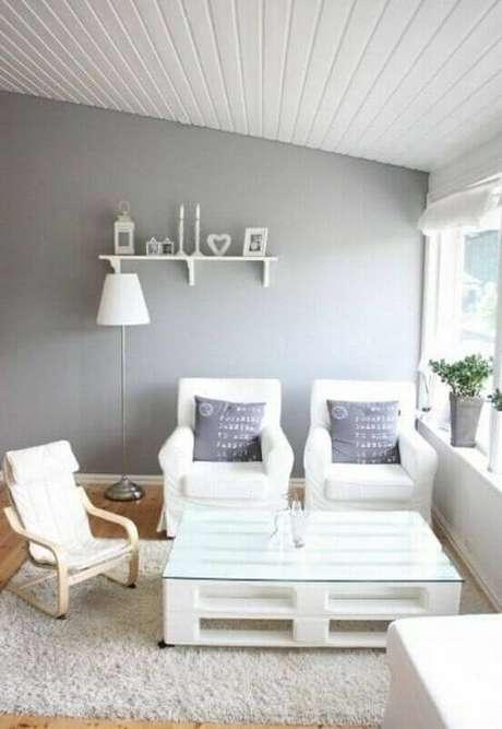 Os móveis de pallets podem receber tinta ou verniz para compor a decoração  de ad1dc6bcbd
