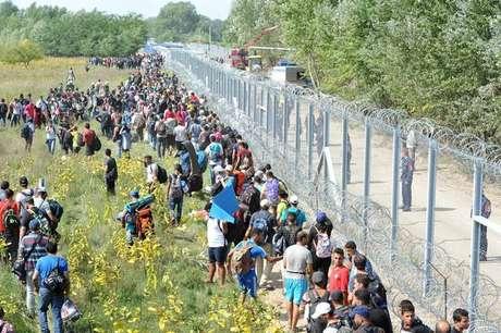 Migrantes forçados tentam entrar na Hungria a partir da Sérvia, em setembro de 2015