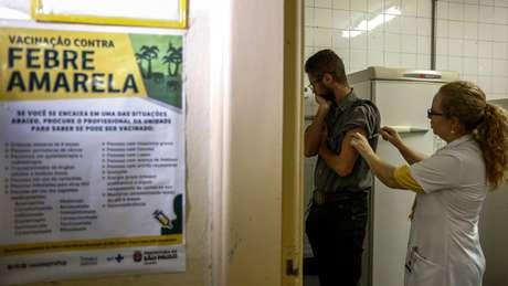 Vacinar populações em áreas de risco é essencial para evitar risco de contaminação urbana do Aedes aegypti, segundo especialistas