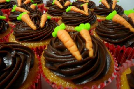Cupcake de cenoura com cobertura de brigadeiro decorado com cenourinhas de fondant