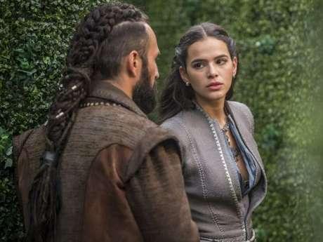 """Em """"Deus Salve o Rei"""": Constantino (José Fidalgo) sequestra Catarina (Bruna Marquezine)!"""