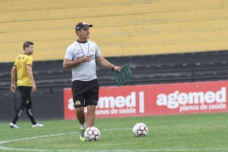 Técnico interino do Criciúma em treino. (Foto: Divulgação)