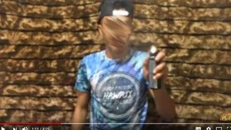 Vídeo de desafio do desodorante: inalação do aerossol é arriscada sobretudo pelo alto teor alcoólico da substância | Foto: Reprodução/YouTube
