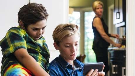 Para especialista, adultos precisam ajudar as crianças e adolescentes a fazerem uma reflexão crítica do conteúdo que veem online