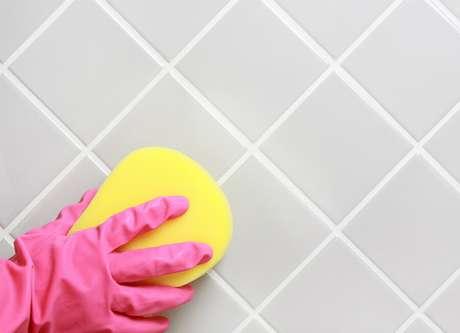 limpando azulejo
