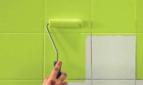 Pintando azulejo de verde