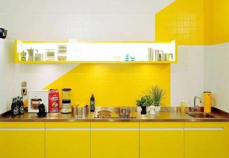 azulejos amarelo e branco na cozinha