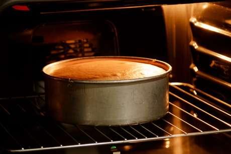 Bolo assando em um forno