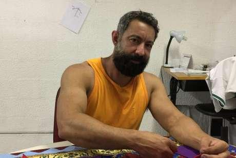 O carnavalesco Fábio Ricardo trabalha no barracão da escola -