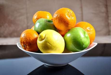 Fruteira com limões e laranjas