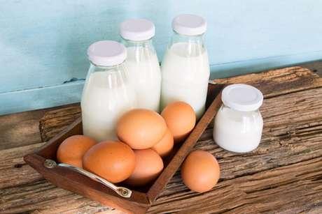 Mesa com garrafas de leite e ovos