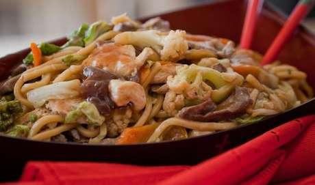 Yakissoba preparado com legumes, vegetais e pedaços de carne