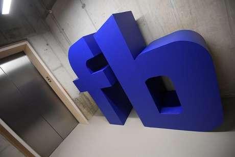 Sigla do Facebook na sede da empresa em Londres, Reino Unido 4/12/2017 REUTERS/Toby Melville