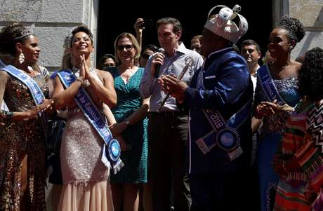O prefeito de Rio de Janeiro, Marcelo Crivella, entrega a chave da cidade para Milton Junior, o Rei Momo do carnaval do Rio de Janeiro