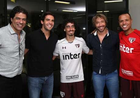 Kaká tira foto com Raí, Valdívia, Lugano e Luis Fabiano durante visita ao CT da Barra Funda (Reprodução/Twiiter)