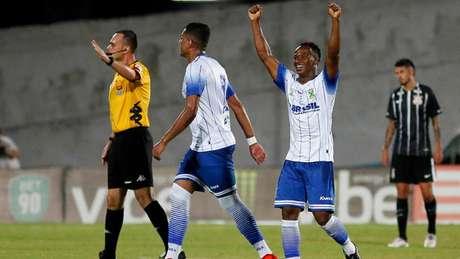 Com golaço de Tinga e outro de Lincom, Santo André vence o Corinthians de virada (Foto: Marco Galvão/Fotoarena)