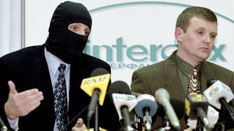Litvinenko (à direita) acusou colegas da FSB de corrupção em 1998