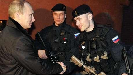 O presidente russo Vladimir Putin encontra membros da FSB na Chechênia, em 2011